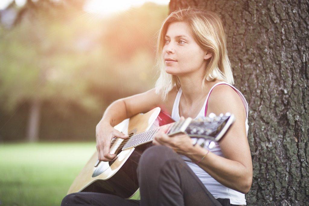 dame-met-gitaar